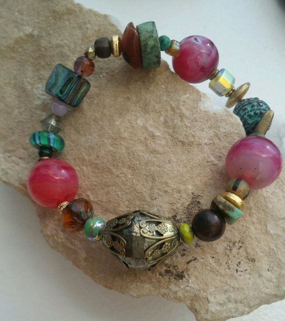 Multiple stones, multi-colored shells, crystals, glass, on elastic, for comfort
